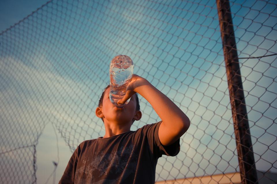 em bé uống nước