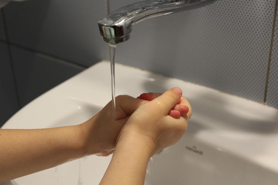 em bé rửa tay