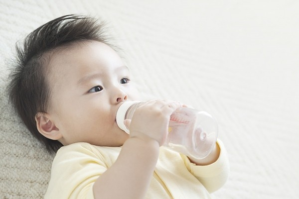 uống nước giúp tiêu đờm, giảm amindan cho trẻ