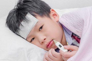 trẻ sốt viêm họng