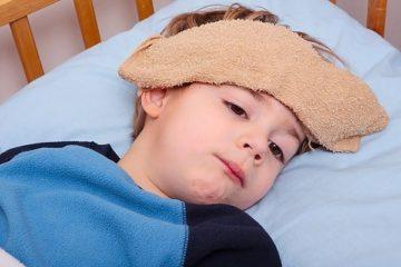 trẻ viêm họng sốt cao