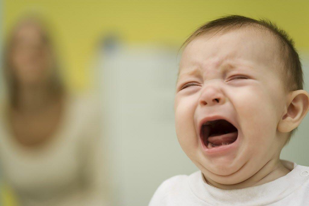 trẻ khóc vì viêm phế quản