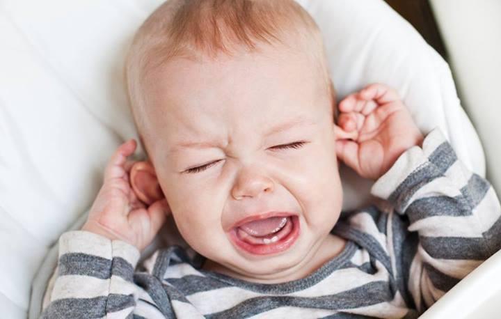 viêm tai giữa ở trẻ em: biểu hiện quấy khóc