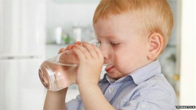 Viêm phổi ở trẻ em: cho trẻ uống nước