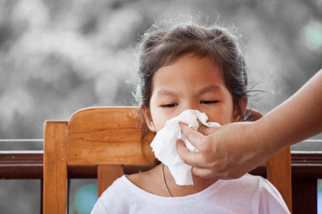 Dùng khăn giấy lau nước mũi cho trẻ bị viêm phổi
