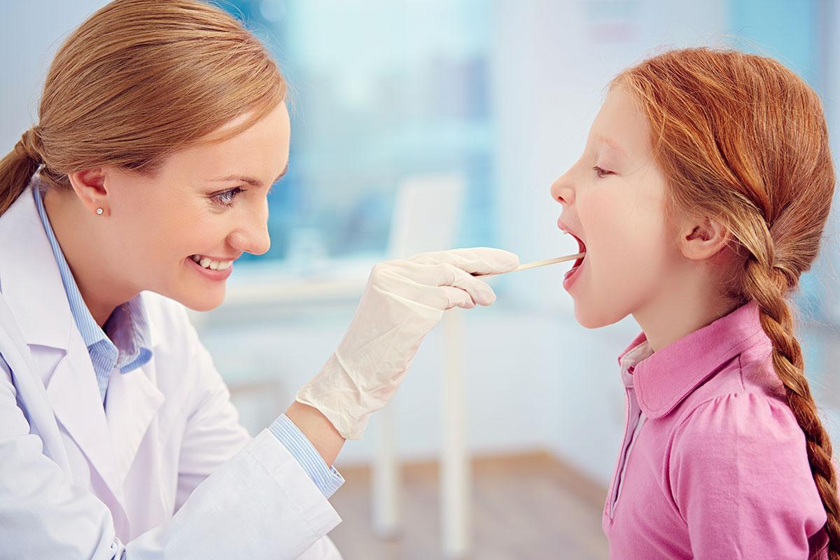 lưu ý đưa trẻ bị viêm họng đi khám