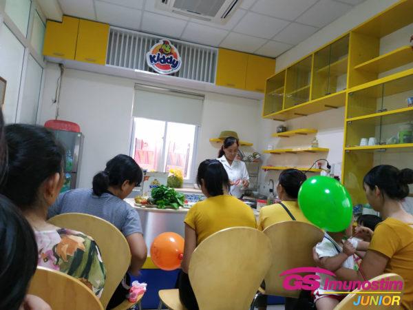 Điều dưỡng viên Nguyễn Thị Hoàn hướng dẫn các mẹ cách chế biến một số món ăn dặm cho trẻ